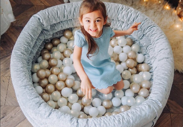 How to get your child used to playing in a dry ball pool?